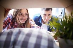 Couples heureux prêts à sortir  image libre de droits