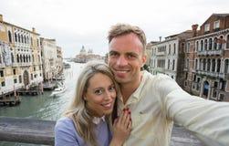 Couples heureux prenant la photo de selfie Photo libre de droits