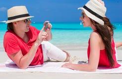 Couples heureux prenant la photo eux-mêmes sur tropical Photographie stock libre de droits