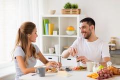 Couples heureux prenant le petit déjeuner à la maison Image stock