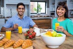 Couples heureux prenant le petit déjeuner Photos libres de droits
