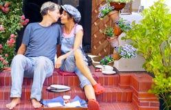 Couples heureux prenant le petit déjeuner sur la terrasse Image libre de droits