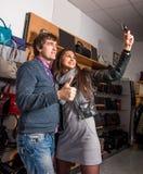 Couples heureux prenant le selfie Image stock
