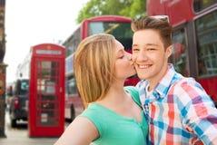 Couples heureux prenant le selfie au-dessus de la ville de Londres Photo libre de droits