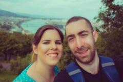 Couples heureux prenant le selfie avec le smartphone ou l'appareil-photo au-dessus de Budape Photo libre de droits