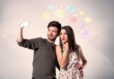 Couples heureux prenant le selfie avec le smiley Photo stock
