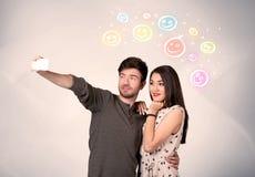 Couples heureux prenant le selfie avec le smiley Images stock