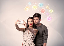 Couples heureux prenant le selfie avec le smiley Images libres de droits