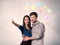 Couples heureux prenant le selfie avec le smiley Photographie stock