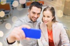 Couples heureux prenant le selfie avec le smartphone en café Photo stock