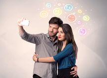 Couples heureux prenant le selfie avec le smiley Photos libres de droits