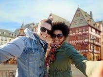 Couples heureux prenant le selfie dans la ville de Francfort Photo stock