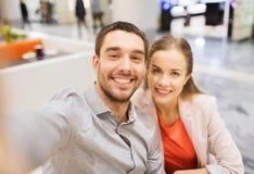 Couples heureux prenant le selfie dans le mail ou le bureau Photo libre de droits
