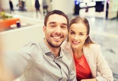 Couples heureux prenant le selfie dans le mail ou le bureau Image stock