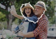 Couples heureux prenant le selfie sur le scooter Photographie stock libre de droits