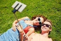 Couples heureux prenant le selfie sur le smartphone à l'été Images libres de droits