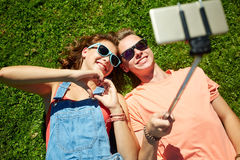 Couples heureux prenant le selfie sur le smartphone à l'été Image libre de droits