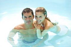 Couples heureux prenant un bain dans le regroupement Photo stock
