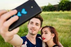 Couples heureux prenant un selfie Image libre de droits