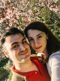 Couples heureux prenant un Selfie au printemps Photographie stock libre de droits