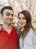 Couples heureux prenant un Selfie au printemps Photographie stock