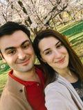 Couples heureux prenant un Selfie au printemps Images libres de droits