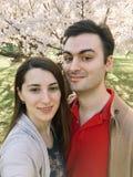 Couples heureux prenant un Selfie au printemps Photo libre de droits