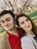 Couples heureux prenant un Selfie au printemps Image libre de droits