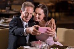 Couples heureux prenant un selfie dans le restaurant Photo libre de droits