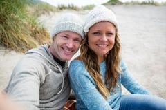 Couples heureux prenant un selfie de téléphone portable Images libres de droits