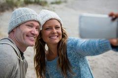 Couples heureux prenant un selfie de téléphone portable Images stock