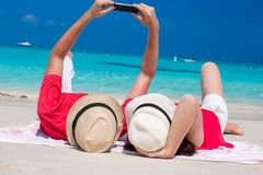 Couples heureux prenant une photo eux-mêmes sur tropical Images stock