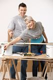 Couples heureux rénovant la nouvelle maison de peinture Images stock
