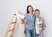 Couples heureux rénovant leur maison Image stock