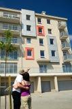 Couples heureux recherchant les appartements neufs Image libre de droits