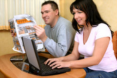 Couples heureux recherchant les informations Image libre de droits