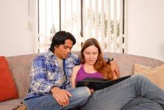 Couples heureux regardant des photos image stock