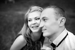 Couples heureux regardant en avant Photographie stock