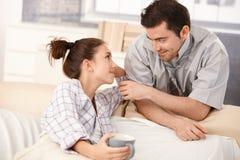 Couples heureux regardant l'un l'autre tendrement Photo stock