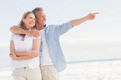 Couples heureux regardant à la mer Photo libre de droits