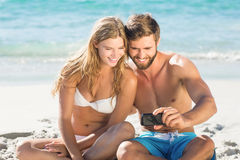 Couples heureux regardant le smartphone Images stock