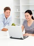 Couples heureux regardant leur lapton Image libre de droits
