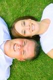 Couples heureux regardant pour compléter Images libres de droits