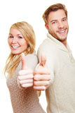 Couples heureux retenant des pouces vers le haut Photo stock