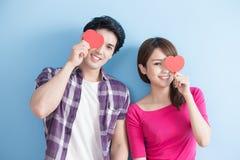 Couples heureux retenant le coeur d'amour Images stock