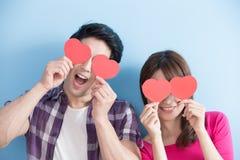 Couples heureux retenant le coeur d'amour Photo libre de droits