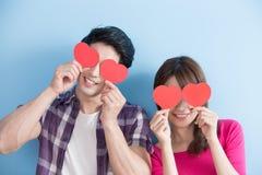 Couples heureux retenant le coeur d'amour Photographie stock