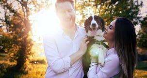 Couples heureux romantiques dans l'amour appréciant leur temps avec des animaux familiers Images libres de droits