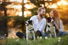 Couples heureux romantiques dans l'amour appréciant leur temps avec des animaux familiers Photo libre de droits