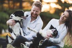 Couples heureux romantiques dans l'amour appréciant leur temps avec des animaux familiers Images stock